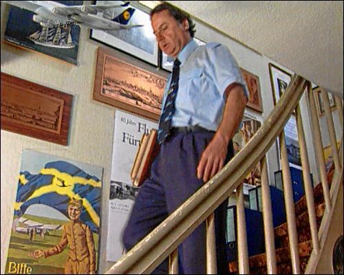 der leidenschaftliche Flugplatzarchivar Winfried Roschmann im heimischen Privatmuseum