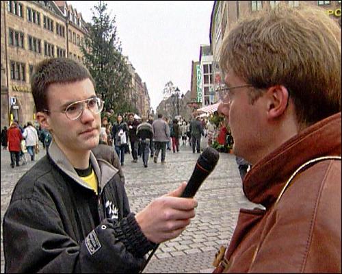 Neben der Arbeit im Studio müssen die Jugendlichen auch auf die Straße gehen und Interviews führen