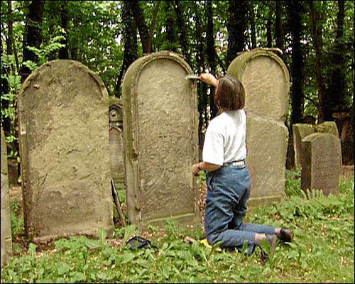 Gisela Blume beim Säubern eines Grabsteines im Jüdischen Friedhof