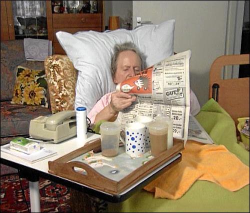 Gefesselt an die eigene Wohnung: Abgesehen von einer Nichte, die abends manchmal vorbeischaut, und dem Pflegedienst ist Frau Steinbrecher den ganzen Tag alleine. Um sich die Zeit zu vertreiben, bleiben ihr nur die Zeitung und der Fernsehapparat. Jede Bewegung ist mit Schmerzen verbunden.