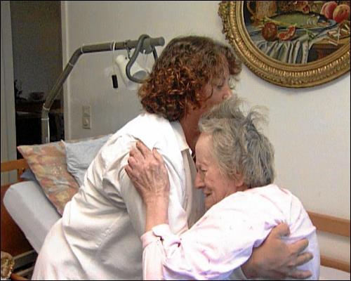 Frau Steinbrecher ist 85 Jahre alt und nicht mehr in der Lage, sich ohne fremde Hilfe zu versorgen. Deshalb kommt dreimal täglich der ambulante Pflegedienst der Malteser zu ihr. Neben der medizinischen Versorgung und der Körperpflege hilft die Altenpflegerin ihrer Patientin zumindest für ein paar Stunden aus dem Bett.