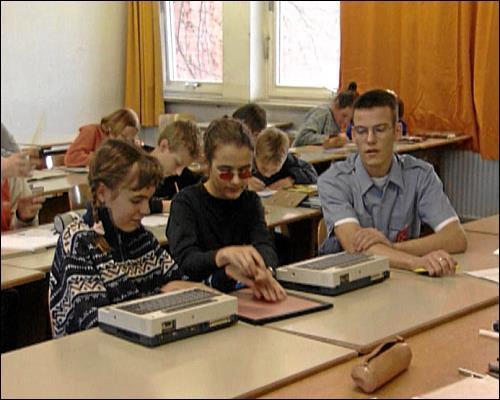 Mit Unterstützung eines Zivildienstleistenden und speziellen Computern meistern die beiden den Unterricht auf dem Gymnasium