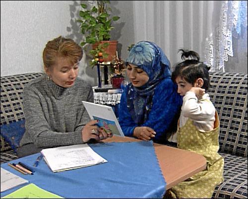 im Projekt HIPPY werden Migranteneltern mit geringen Deutschkenntnissen in ihrer Herkunftssprache informiert