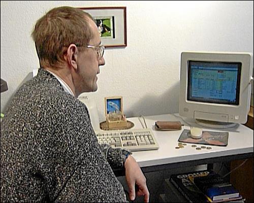 Thomas Volk stellt mit dem Computer genaue Berechnungen an, wieviel Geld er zum Leben hat