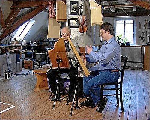 Hermann Veeh und sein sein Sohn Andreas spielen auf der Veeh-Harfe