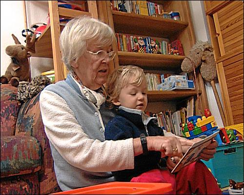 Frau Maubach mit Ihrem Enkelkind
