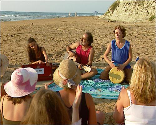 Pari und SchülerInnen am Strand