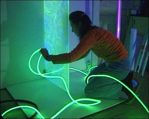 Rita Kriege bereitet eine Installation vor