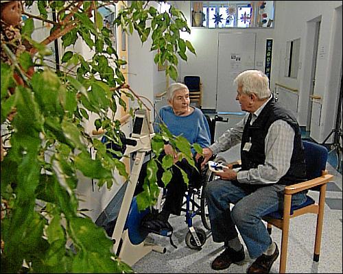 Günter Düthorn im Gespräch mit einer Patientin im Fürther Klinikum