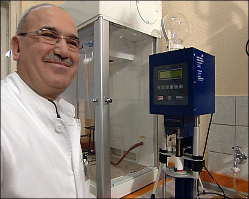 Tunay Duman im Labor seiner Apotheke