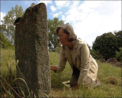 Gisela Naomi Blume beim Reanonymisieren eines jüdischen Grabsteines