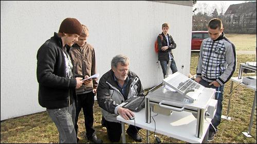 Schüler des Geschwister-Scholl-Gymnasiums mit ihrem Projektlehrer beim Messen an ihren Solarmodulen
