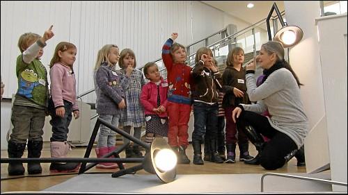 Jana Mantel bei einer kunstpädagogischen Führung mit Kindergartenkindern