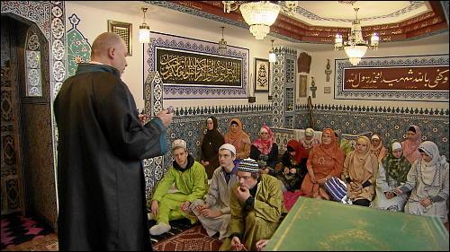 Um in die Welt des Islams einzutauchen, tragen die Teilnehmer bei den Führungen in der Begegnungsstube Medina traditionelle Kleidung