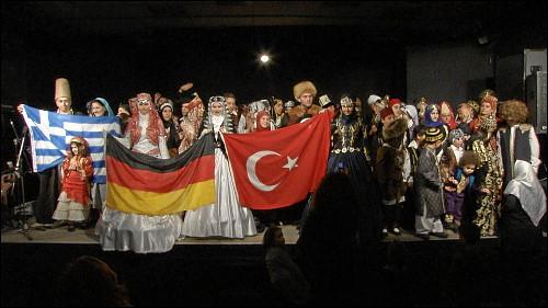 Interkulturelle Modenschau beim Nevrozfest der Begegnungsstube Medina
