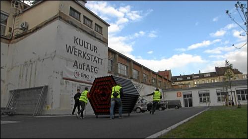 Kreativwirtschaftschaftler auf dem Weg in die Kulturwerkstatt auf AEG