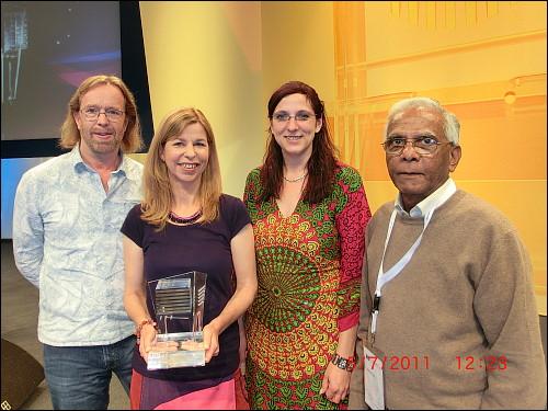 Thomas Steigerwald und Julia Thomas (links) mit zwei 'andersWOHNEN'-Mitgliedern bei der Preisverleihung