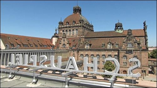 Blick vom Dach des sanierten Schauspielhauses auf die benachbarte Staatsoper