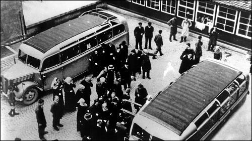 Abtransport von Bewohnern aus einem Heim der Diakonissenanstalt Neuendettelsau, Frühjahr 1941