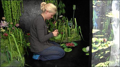 Anna Bittersohl bereitet ihre Arbeit für »OFFEN auf AEG« vor. Ca. 80 Künstler haben derzeit ihre Ateliers »Auf AEG« und tragen wesentlich zum positiven Image des Geländes bei.