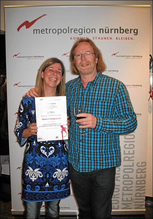 Julia Thomas und Thomas Steigerwald freuen sich über die Preis-Urkunde