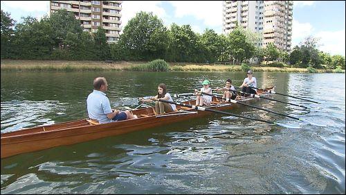 An der Pestalozzischule gibt es eine offene Ganztagesbetreuung, bei der die Kinder unter vielen Freizeitangeboten wählen können: Dienstags trifft sich die Ruder-AG am Rhein-Main-Donau Kanal