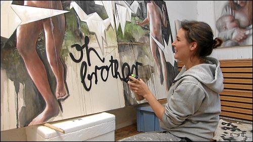 Die Künstlerin mischt gerne verschiedene Medien in ihren Bildern, wobei es für sie keine Hierarchien gibt – die Ölfarbe wird gleichwertig mit der Sprühdose oder dem Textmarker eingesetzt