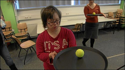 Übung macht die Meisterin: Wenn das Balancieren mit dem Tennisball klappt, dann auch mit vollen Kaffeetassen