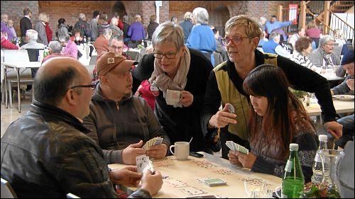 Viele Besucher kommen nicht nur zum Essen in die Vesperkirche