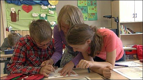 Die Zusammenarbeit zwischen Förderschülern der Hallemannschule und den Regelschülern funktioniert in der Grundschule gut, wird aber durch den Weggang der sozial starken Schüler auf weiterführende Schulen immer schwieriger