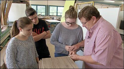 Ab der siebten Klasse werden die Schüler durch verschiedene Maßnahmen auf den Berufseinstieg vorbereitet – hier bei einem Praktikum in einer Schreinerei