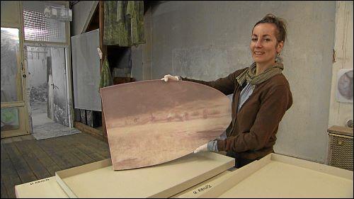 Ursula Kreutz zeigt einen ihrer Bilderkästen - hier aus der Serie flussfahrt