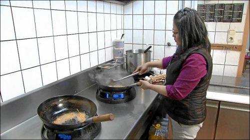 Als Pramoen ihren Imbiss eröffnete, hatte sie einen Koch, eine Küchenhilfe und eine Bedienung eingestellt. Nach und nach musste sie allen kündigen und macht heute alles alleine