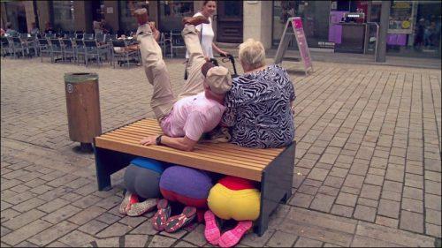 Bei den Proben im öffentlichen Raum fühlt sich mancher Passant zum Mitmachen inspiriert