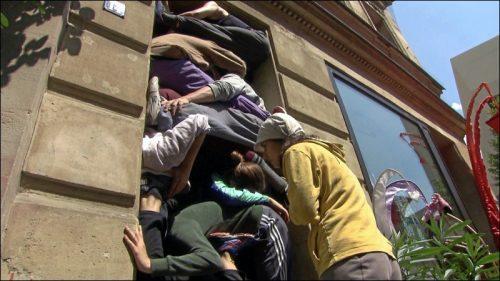 Um acht Leute gut in einen Türrahmen zu stecken, braucht es viel Probenarbeit