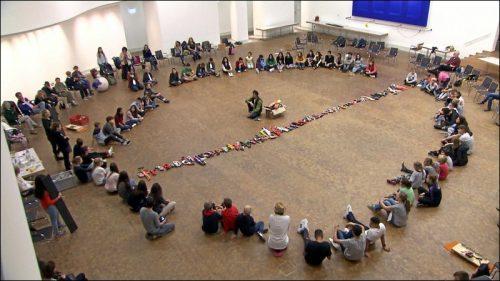 Um den Forderungen der Kinder nach mehr Frieden in der Welt Ausdruck zu verleihen, waren im Vorfeld der Gipfelkonferenz Kinder aus Nürnberg und Umgebung aufgerufen, ihre Spielzeugwaffen vorbei zu bringen, um daraus eine Friedensskulptur zu bauen.