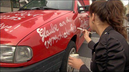 Zum Auftakt der Gipfelkonferenz der Kinder haben die Teilnehmer ihre Botschaften in der Straße der Menschenrechte auf Autos geschrieben. Die Wagen wurden den Kindern freiwillig zum Bemalen zur Verfügung gestellt.