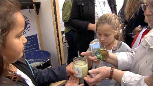 Um der 'Plastikvermüllung der Welt' entgegenzuwirken, wurde das Label 'TUN' entwickelt und die Gipfelkonferenzteilnehmer haben selbst Waschmittel hergestellt und es an die Besucher verschenkt.