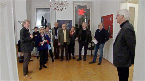 Galerist Christian Fritsche führt durch die jüngste Ausstellung Hürlimanns, in der er auf die Geschichte des Hauses und der Hornschuchpromenade einging