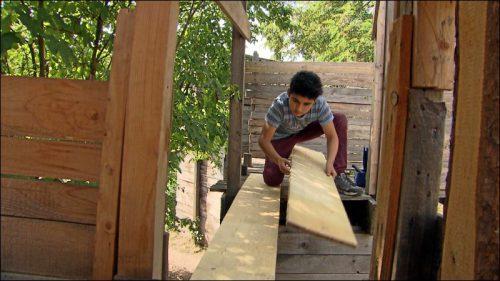 Beim Bau der Häuser versuchen die Betreuer, der Phantasie der Kinder möglichst wenig Grenzen zu setzen. Ob das Haus ein- oder zweistöckig wird, ob es mit dem Nachbarhaus verbunden wird, die Treppe inner- oder außerhalb des Hauses verläuft, all das können die Kinder selbst entscheiden.