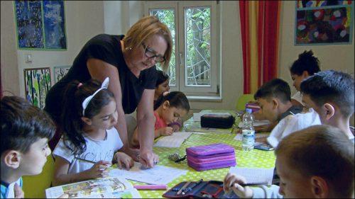 Für Kinder von der ersten bis zur vierten Klasse gibt es eine tägliche Hausaufgabenbetreuung. Ab der fünften Klasse können die Kinder die dem Aktivspielplatz angeschlossene Ganztagesbetreuung besuchen, in der ihnen weiterhin geholfen wird.