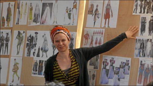 Kostümbildnerin Katharina Tasch bringt während des Konzeptionsgesprächs dem Team ihre Ideen näher