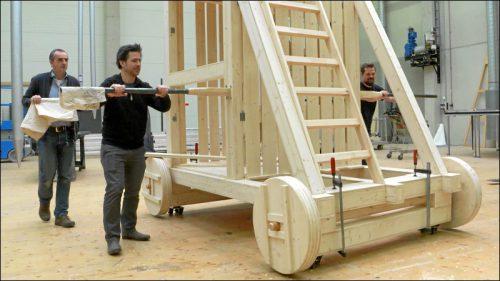 Bühnenbildner Jo Schramm nimmt in den Werkstätten des Staatstheaters die einzelnen Bauelemente ab