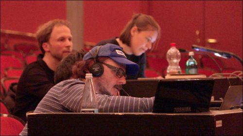 Regisseur David Hermann mit Assistenz und Lichtdesigner Kai Luczak sind während der Proben konzentriert bei der Arbeit
