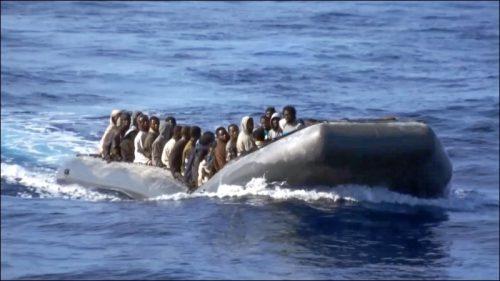 Auf überfüllten Gummibooten wie diesem werden die Migranten von den Schleppern auf die Reise über das Mittelmeer geschickt