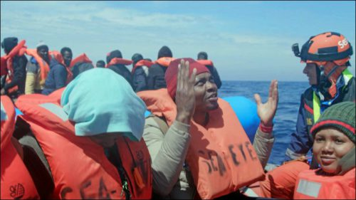 Ein NGO-Schiff bei einer Rettungsaktion