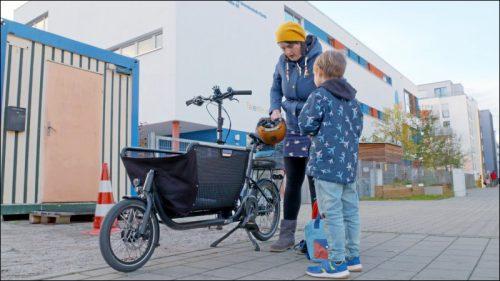 Mit dem Lastenrad zum Unterricht. Eine Mutter erzählt von ihnen Erfahrungen auf dem Schulweg.