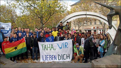 Rund 60 Menschen haben sich im Oktober 2019 am Paradiesbrunnen in Fürth getroffen, um ihre Solidarität mit Taha Mousa auszudrücken.