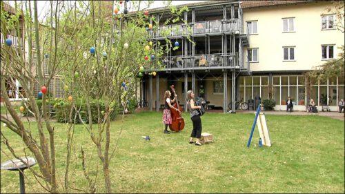 Über die Internetseite von Kultur vor dem Fenster kann man Konzerte zu vergünstigten Preisen buchen. Der Auftritt von Katja Lachmann und Steffi Zachmeier im städtischen Altenheim in der Stiftungsstraße war der bisherige Höhepunkt des Jahres für die Bewohner.