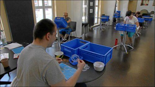 Statt Gästen den Kaffee zu bringen, erledigen die Samocca-Mitarbeiter*innen leichte Montagetätigkeiten im Café, nachdem das vollständige Betretungsverbot für die Lebenshilfe-Werkstätten aufgehoben wurde. Seit 15. Juni ist das Samocca aber wieder geöffnet.